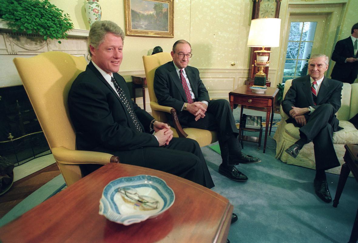 Bill Clinton při ekonomické poradě v Oválném pracovně. Přesně týden po své první inauguraci