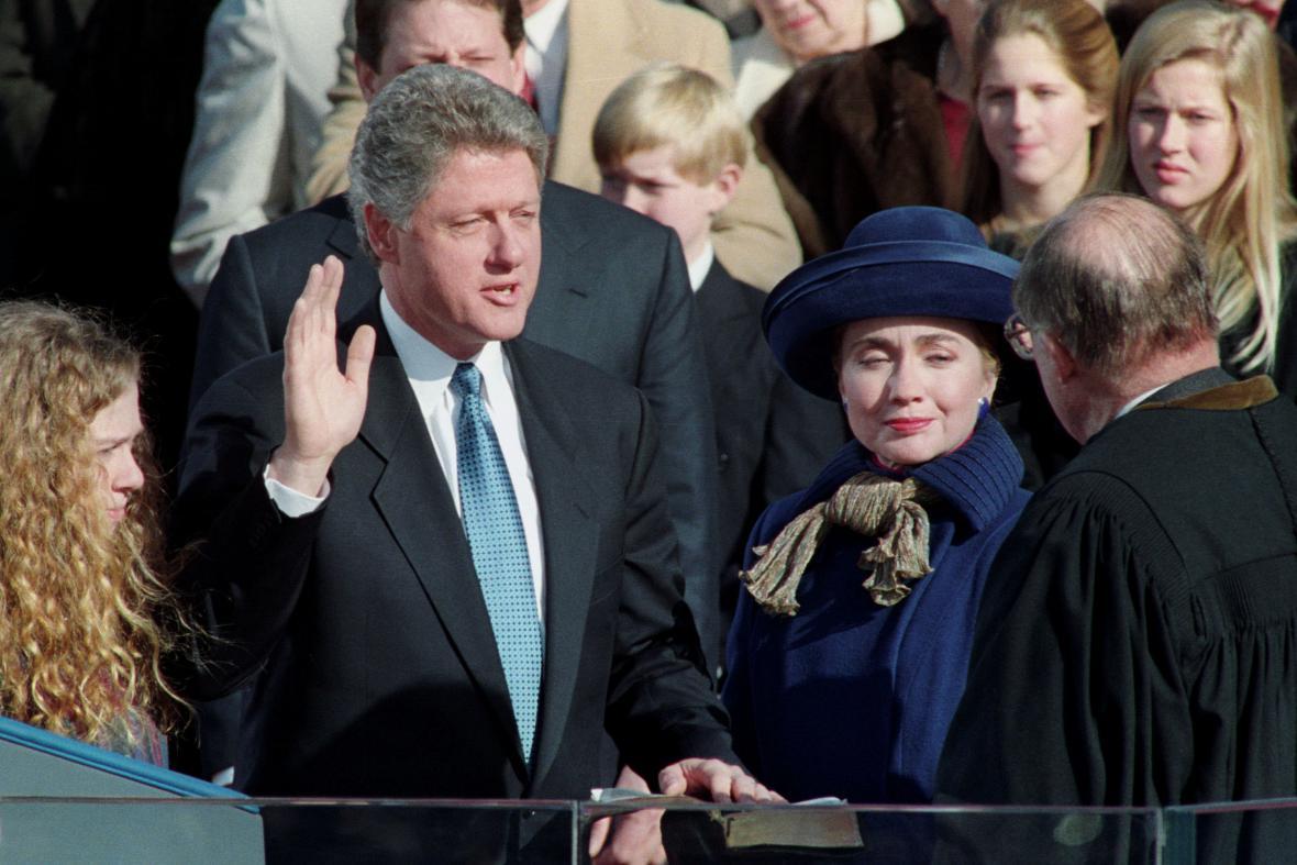 Inaugurace Clintona z ledna 1993. Prezident sliboval hlavně domácí práci, řešit musel i kontroverzní Bosnu či irák