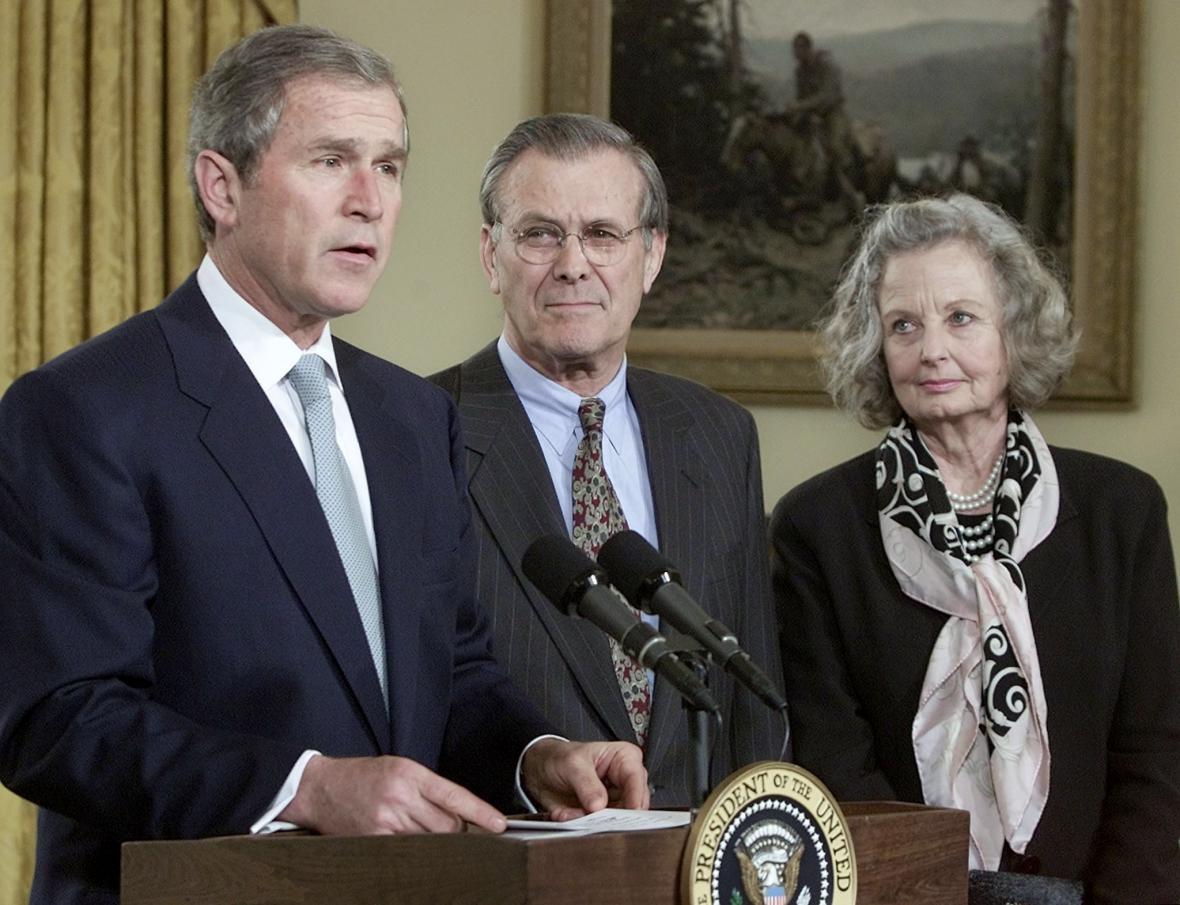 George Bush při jedné z prvních tiskovek v Bílém domě uvádí do úřadu ministra obrany Donalda Rumsfelda