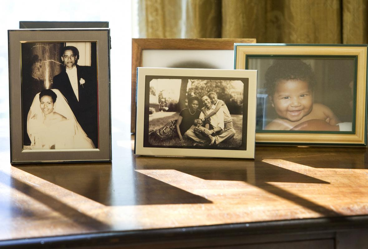 Obamovy rodinné fotky na stole v Oválné pracovně