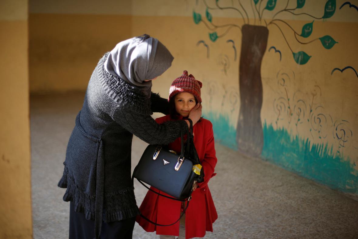 Matka s dcerou v mosulské škole