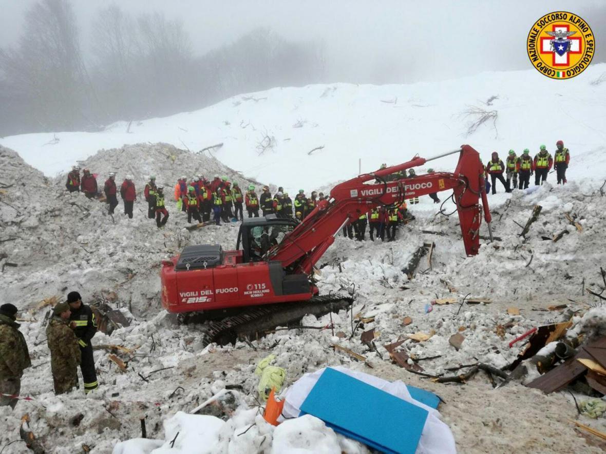 Záchranné práce v oblasti, kde stál hotel