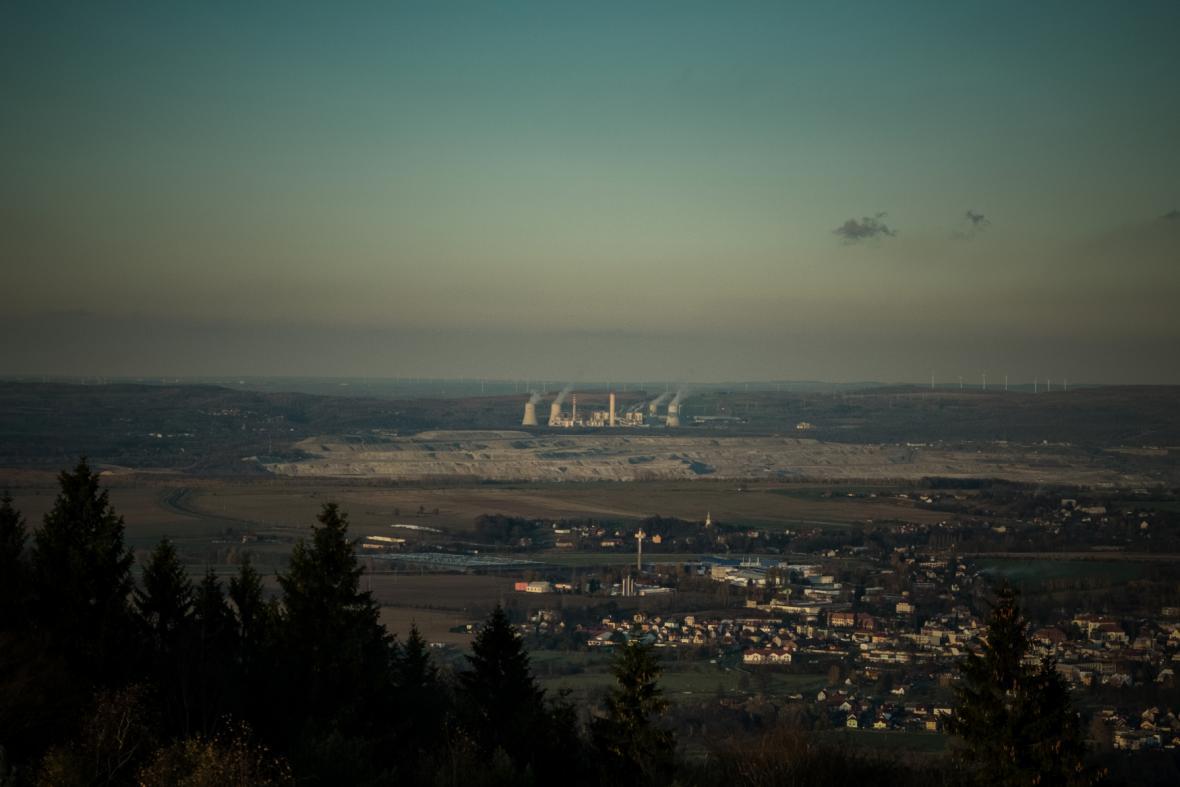 Hrádek nad Nisou v pozadí s dolem u polské Bogatyně
