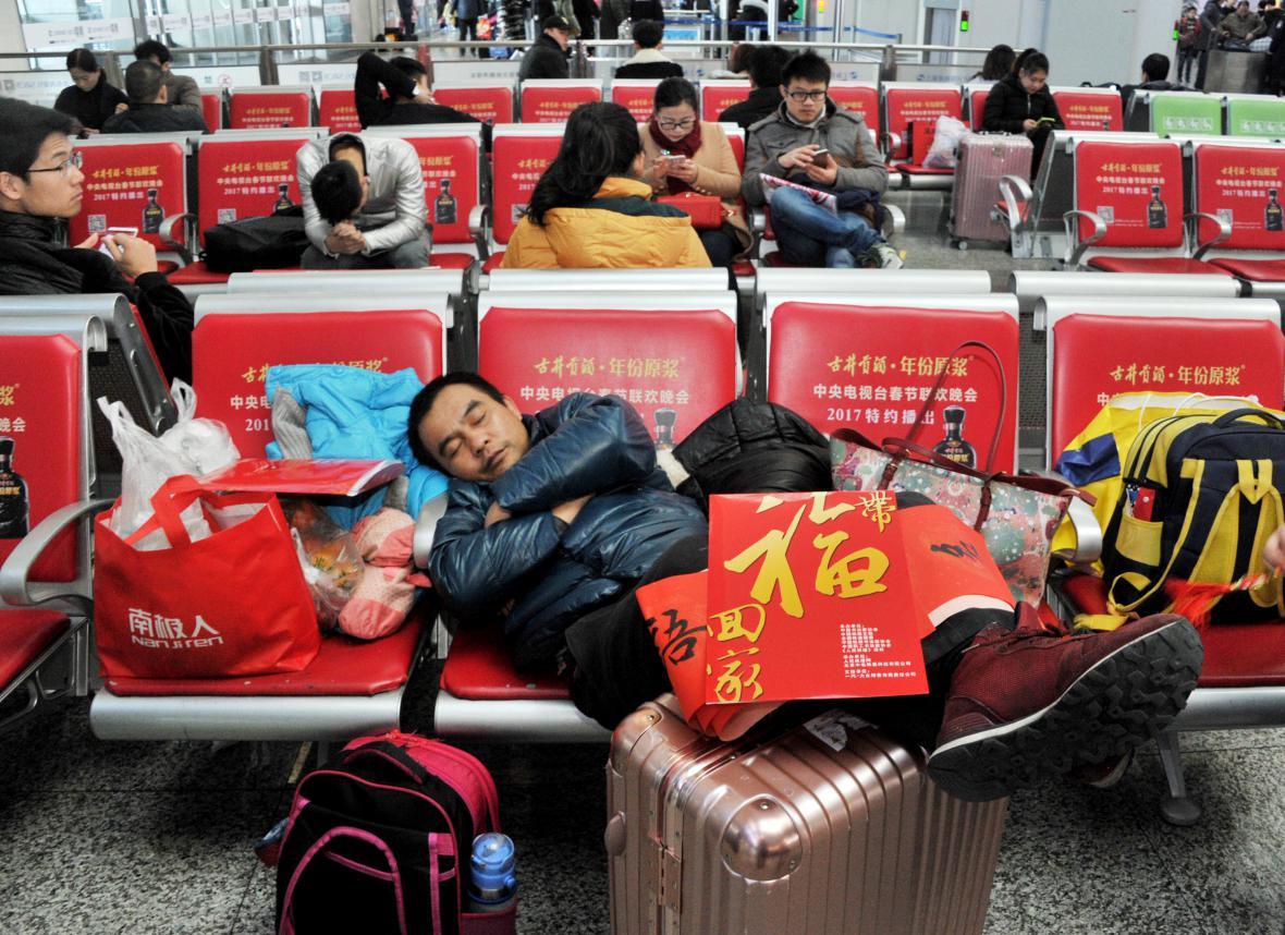 Čekající cestující na nádraží v Šanghaji