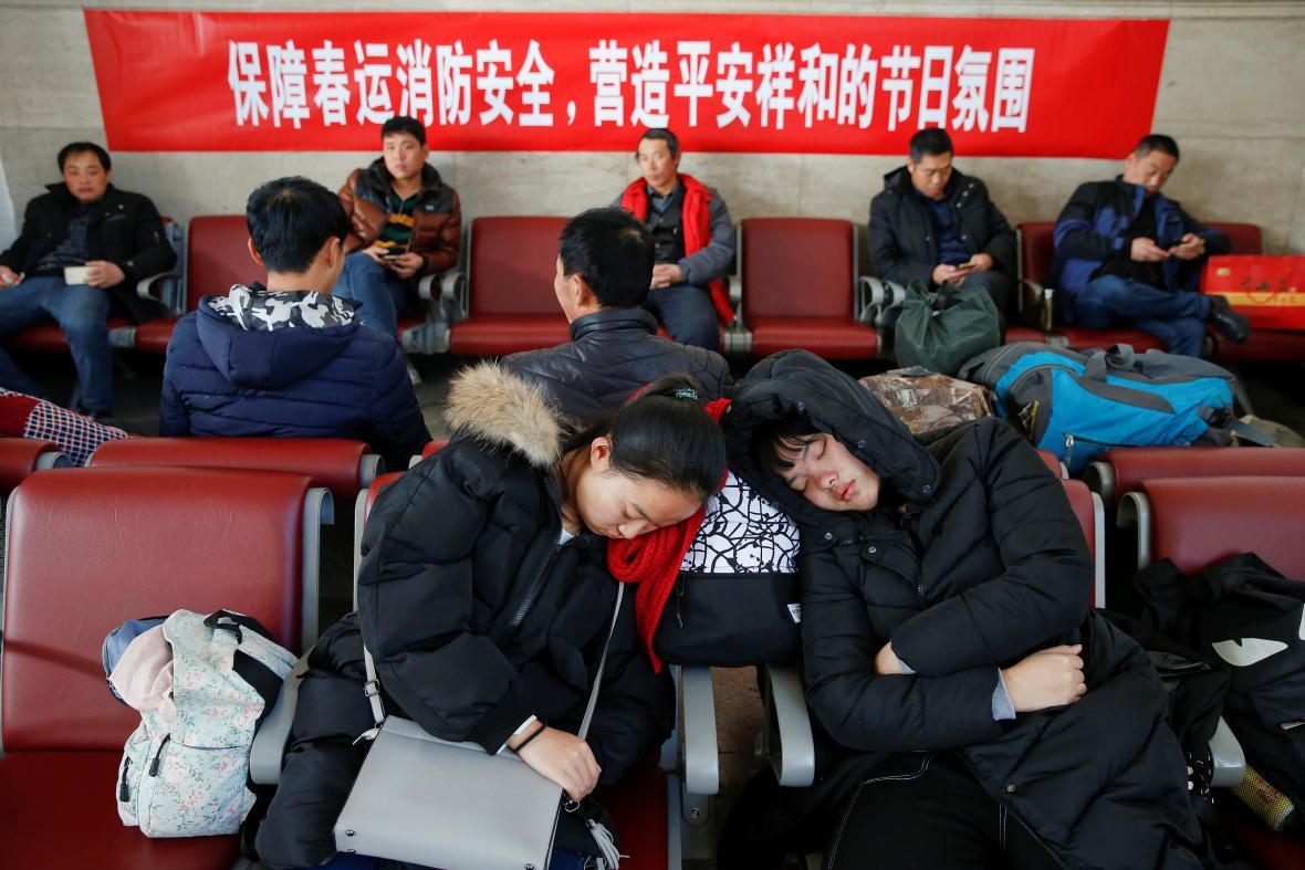 Čekající pasažéři na pekingském nádraží