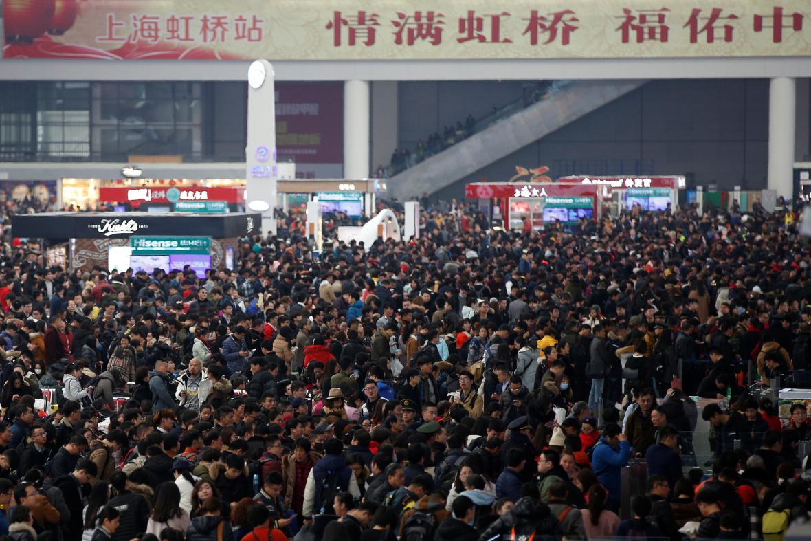 Zaplněné nádraží v Šanghaji
