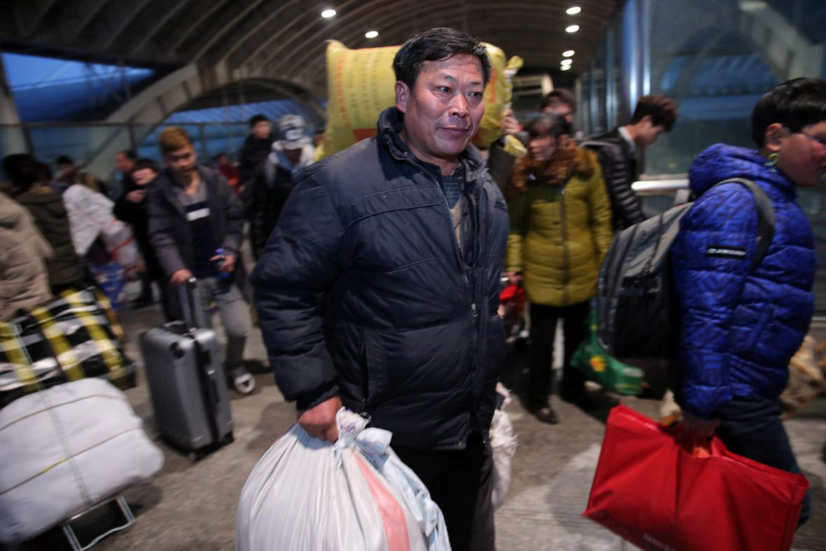 Cestující na nádraží ve městě Nan-tchung