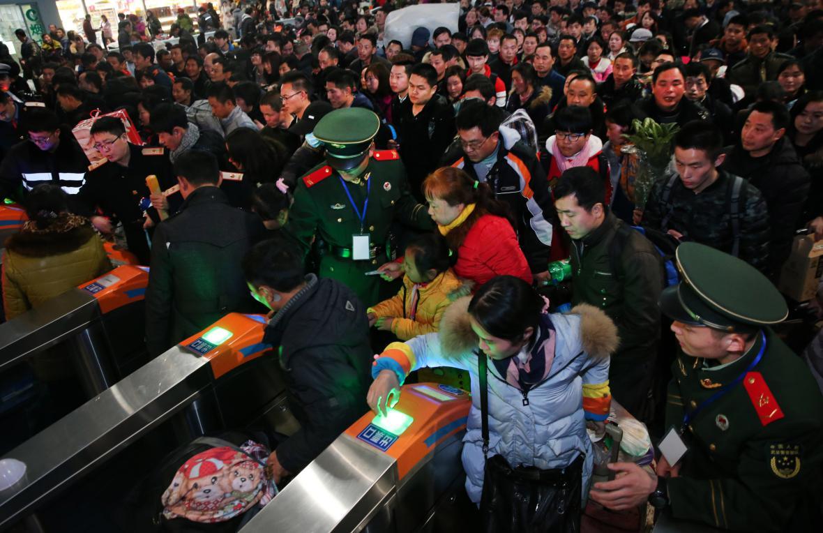 Nával lidí na nádraží ve městě Nan-tchung
