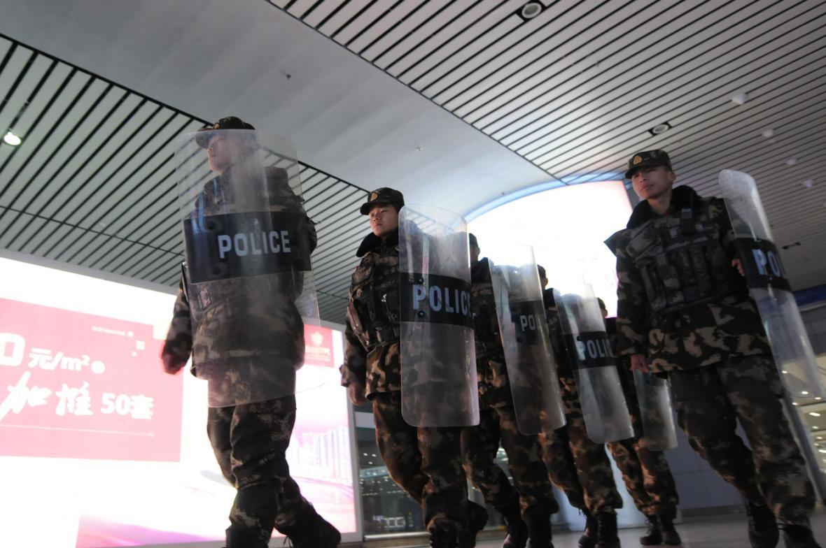 Vojáci pomáhají zajišťovat bezpečnost v souvislosti s blížícími se oslavami čínského nového roku i na nádraží ve městě Čching-tao