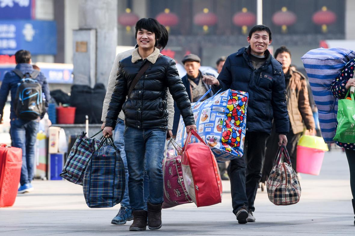 Cestující na nádraží ve městě Čeng-čou