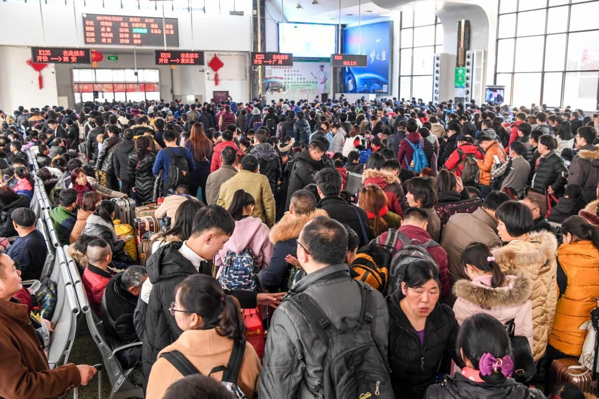 Pasažéři na nádraží v Čeng-čou