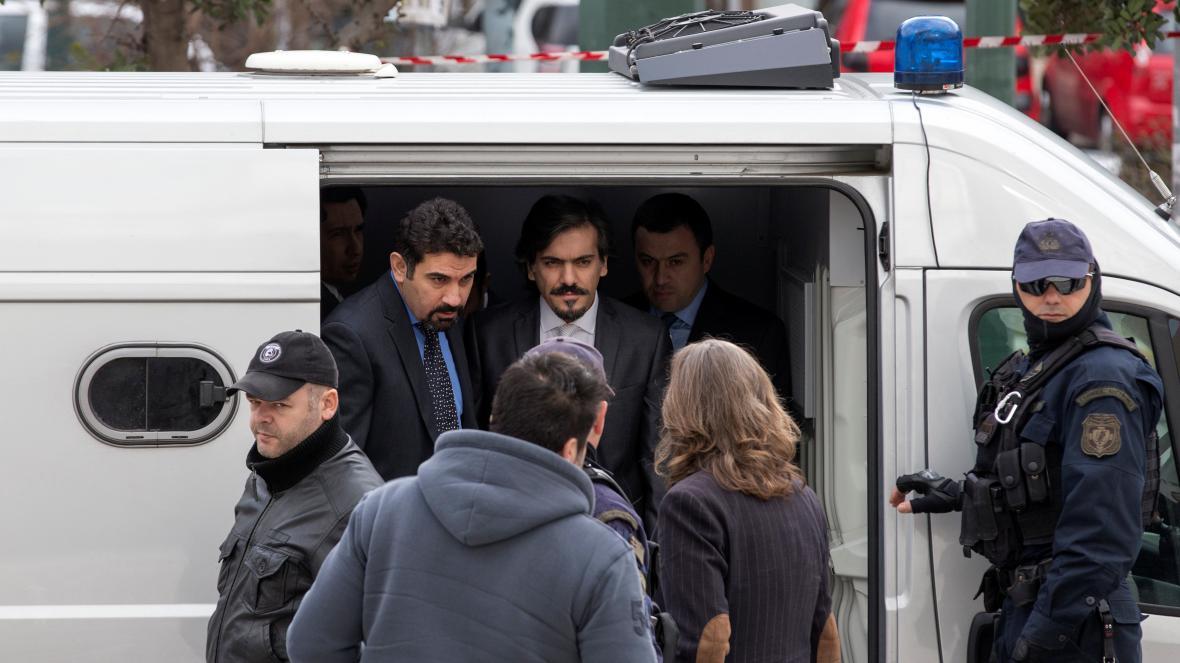 Policie přivádí uprchlé turecké vojáky k řeckému nejvyššímu soudu