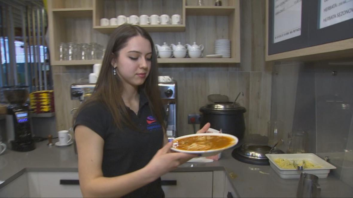 Julia Novikovová si přivydělává v restauraci v aquaparku