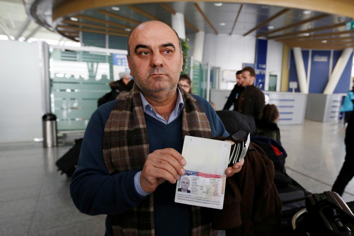 Cestující, který ukazuje americká víza, se musel vrátit z egyptského letiště do Iráku