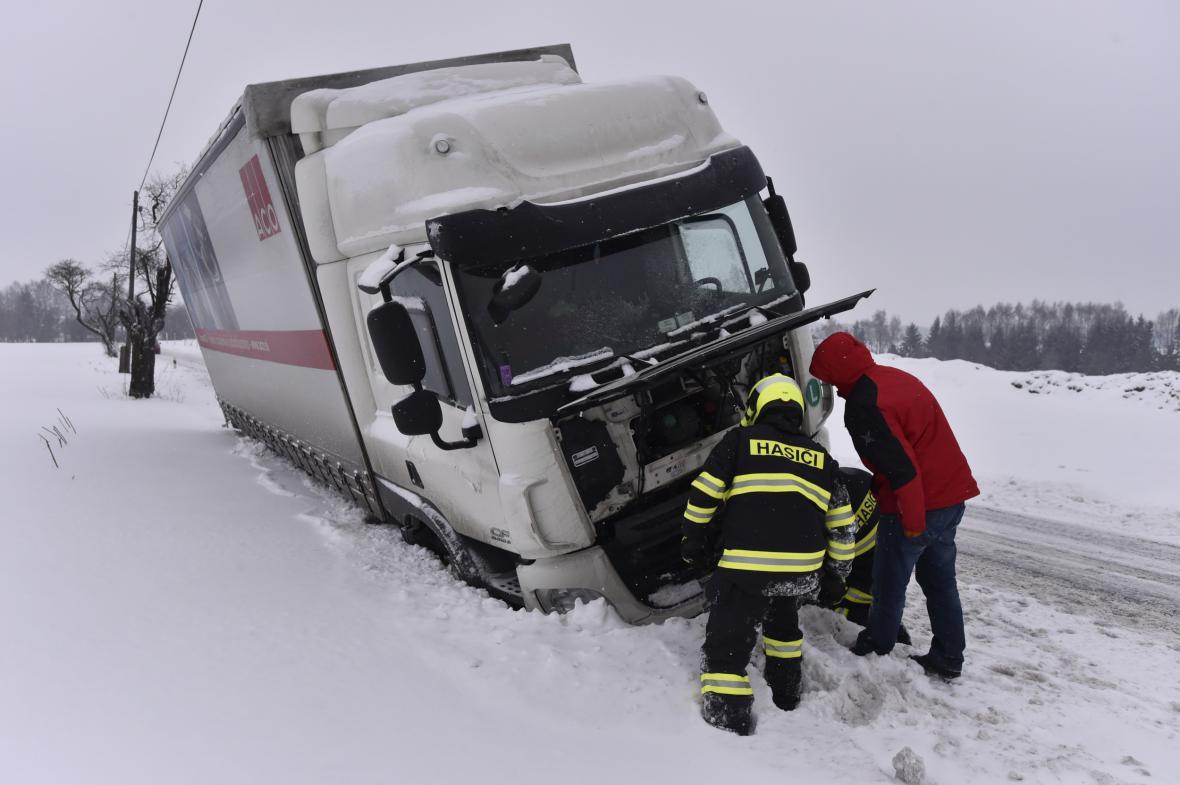 Kamion v příkopě na Vysočině