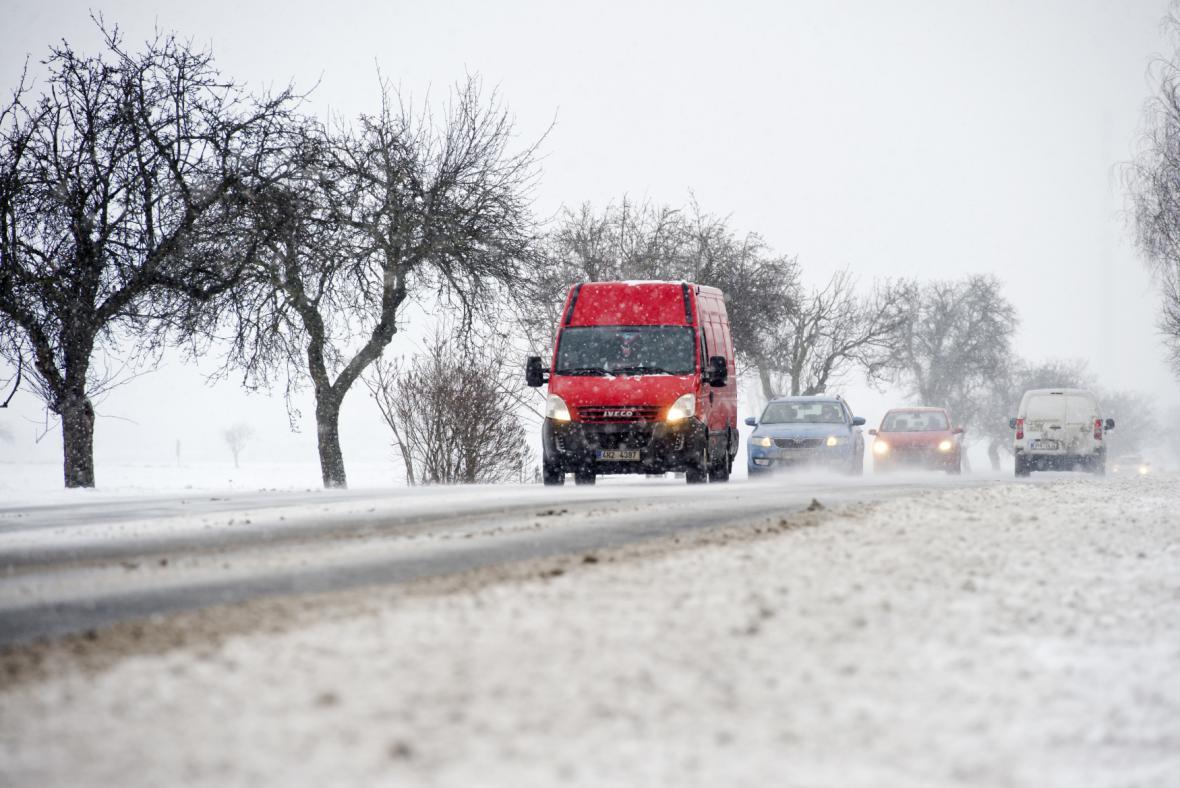 Dopravu ve středních Čechách komplikovalo sněžení. Na snímku je silnice I/38 mezi Mladou Boleslaví a Nymburkem