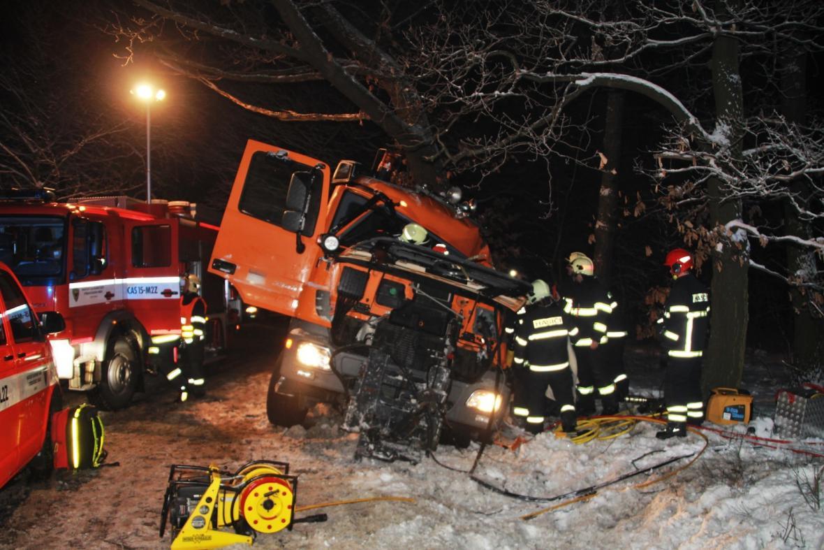 U obce Hradešín na Kolínsku uprostřed noci havaroval posypový vůz.