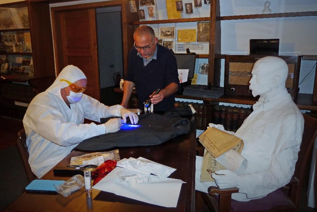 Genetik Daniel Vaněk (vlevo) zkoumá biologické stopy z nepraného oblečení Masaryka
