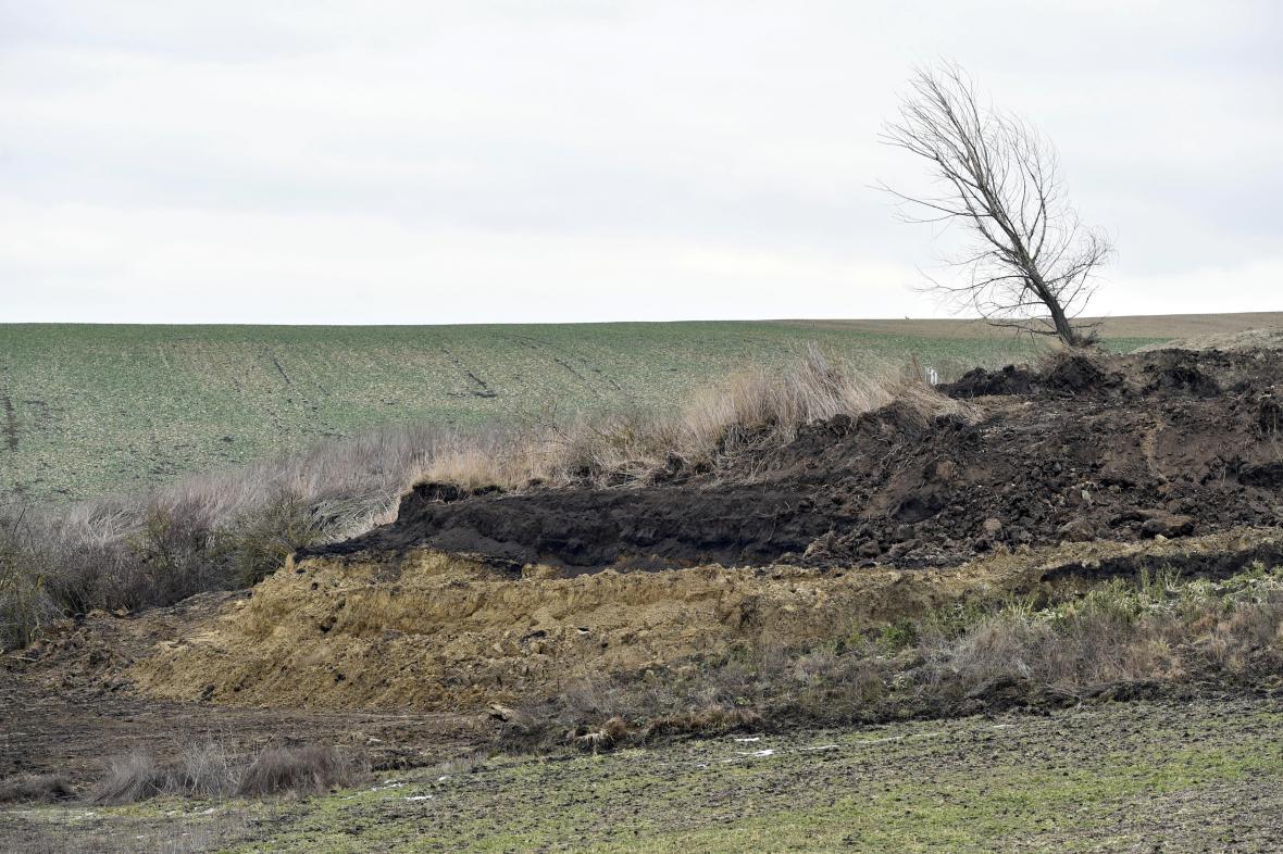 Podle starosty byla sesunutá zemina už před rokem v blízkosti hráze