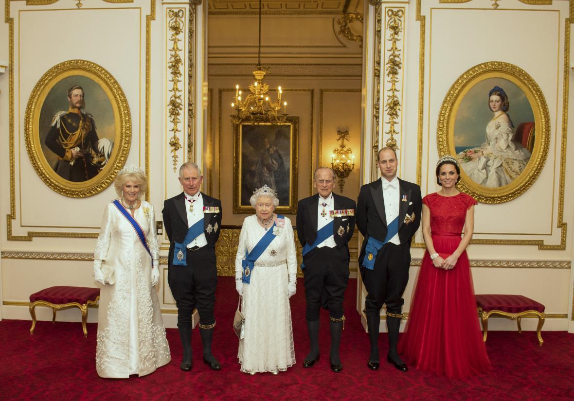 Členové královské rodiny na recepci s diplomaty (prosinec 2016)