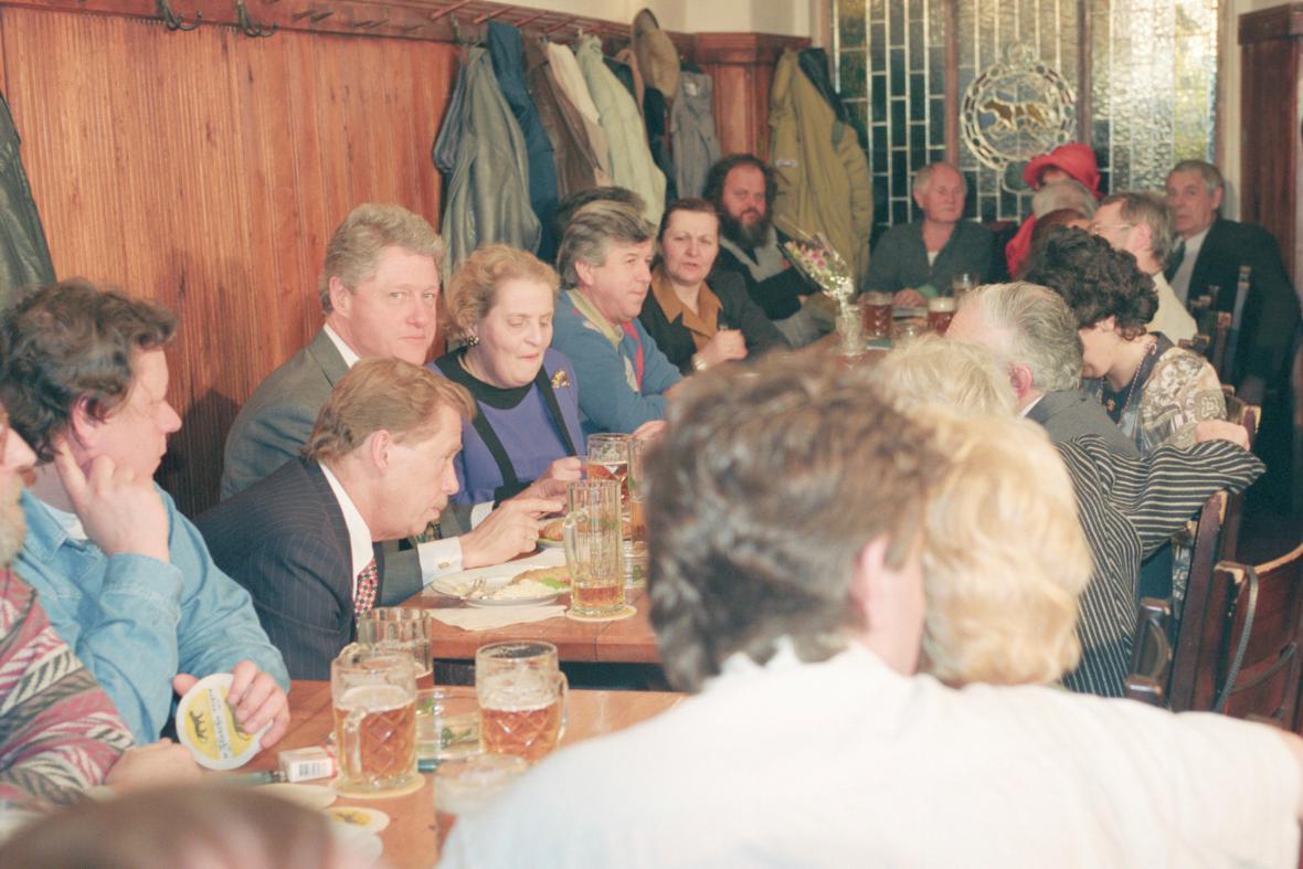 Václav Havel, Bill Clinton a Madeleine Albrightová a Bohumil Hrabal (v čele stolu) v hospodě