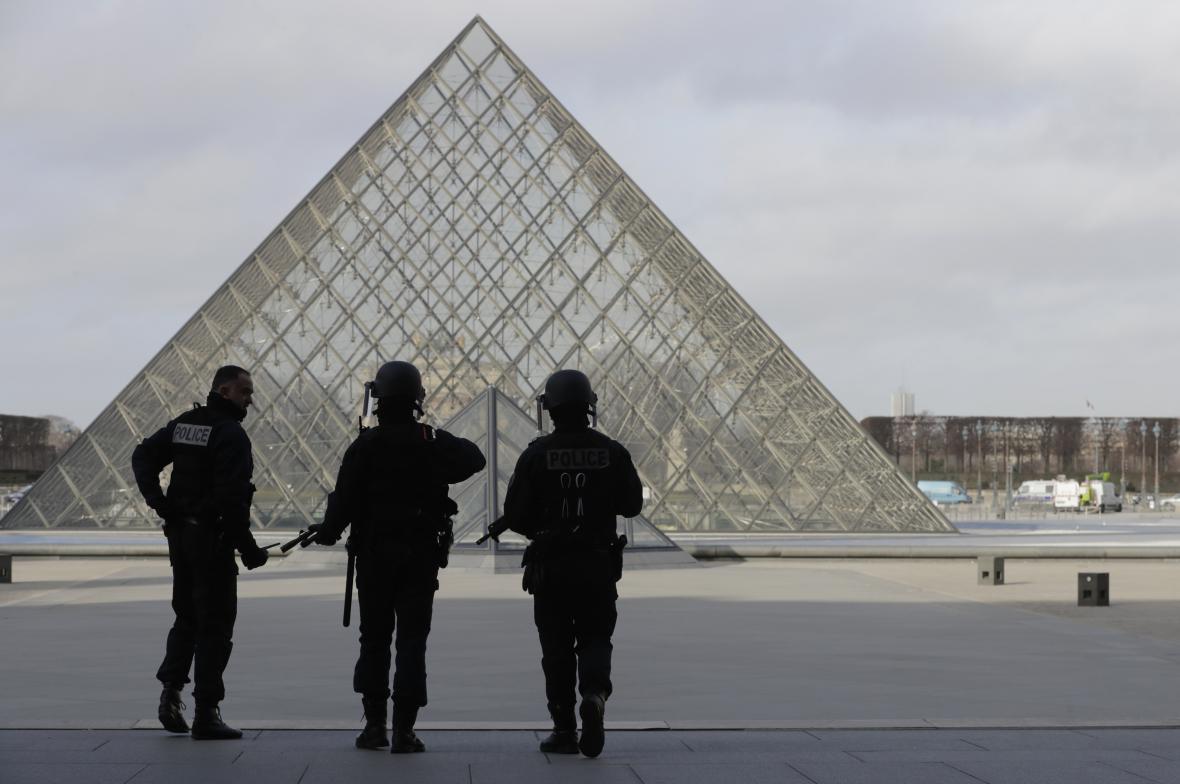 Policie zajišťuje oblast v Louvru v souvislosti s útokem