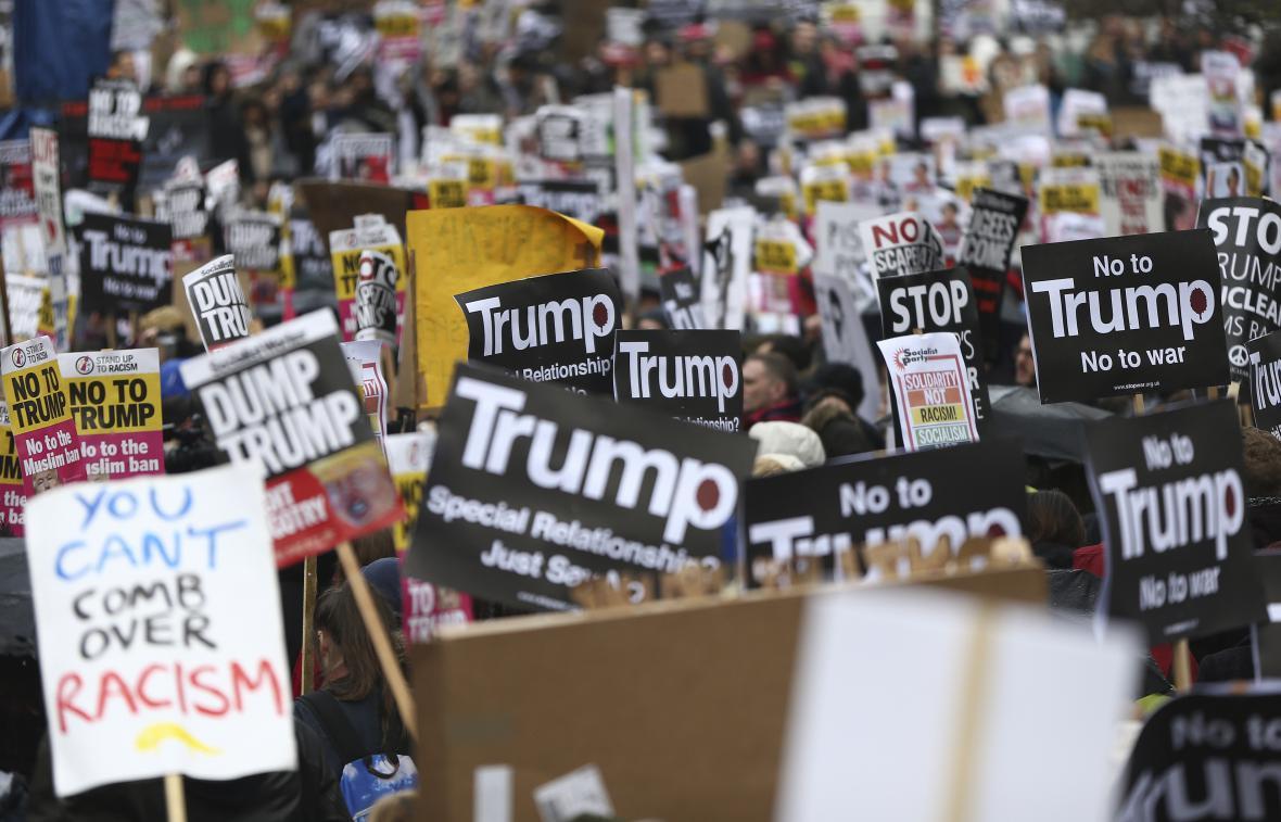 Protest proti dekretu Donalda Trumpa v Londýně