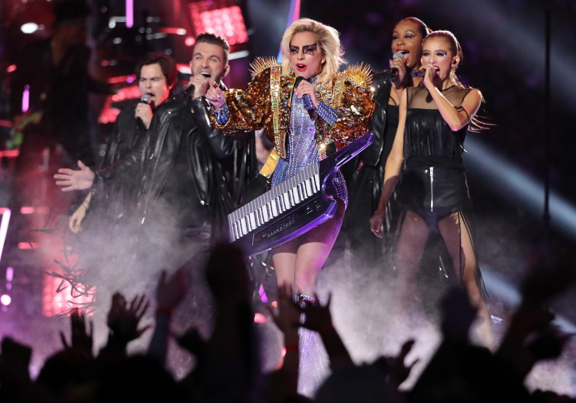 Lady Gaga během přestávkového vystoupení na SuperBowlu