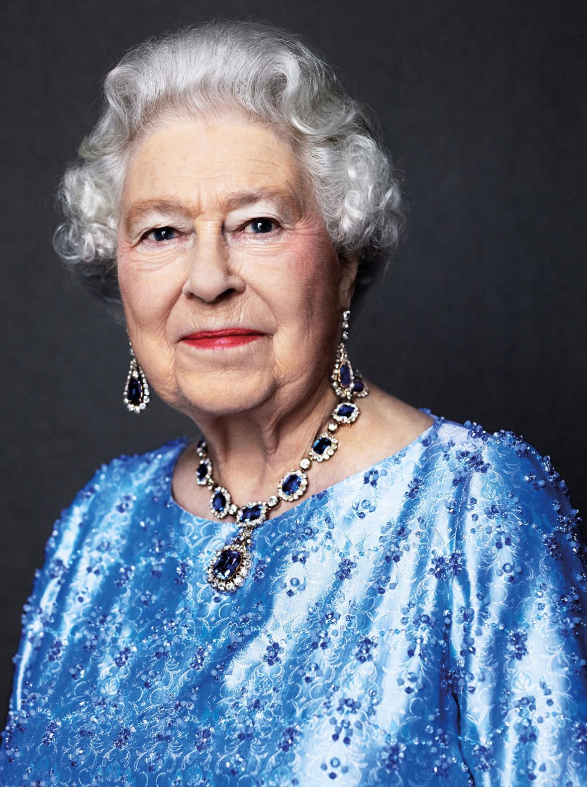 Alžběta II. na oficiálním portrétu k safírovému jubileu