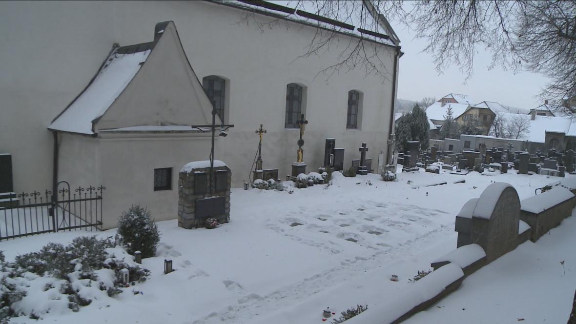 Hřbitov v Třebíči - odkryté náhrobky vpravo