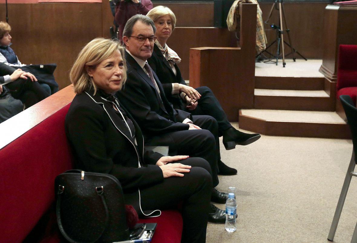 Trojice obviněných u soudu