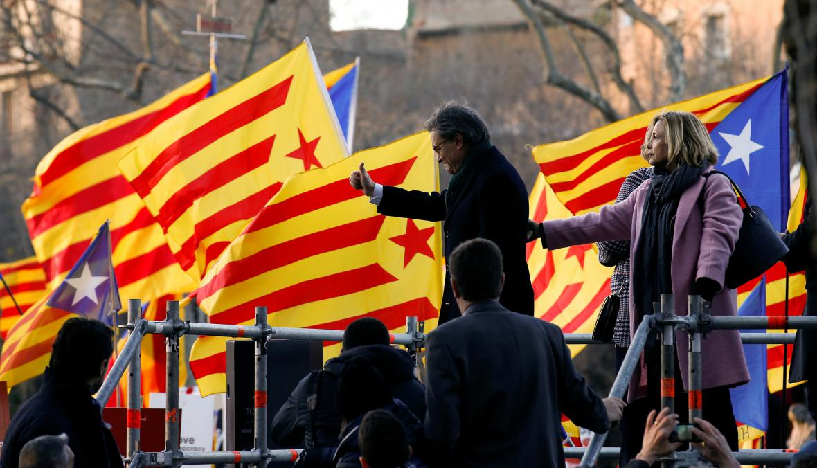 Artur Mas se před soudem zdraví s davem příznivců