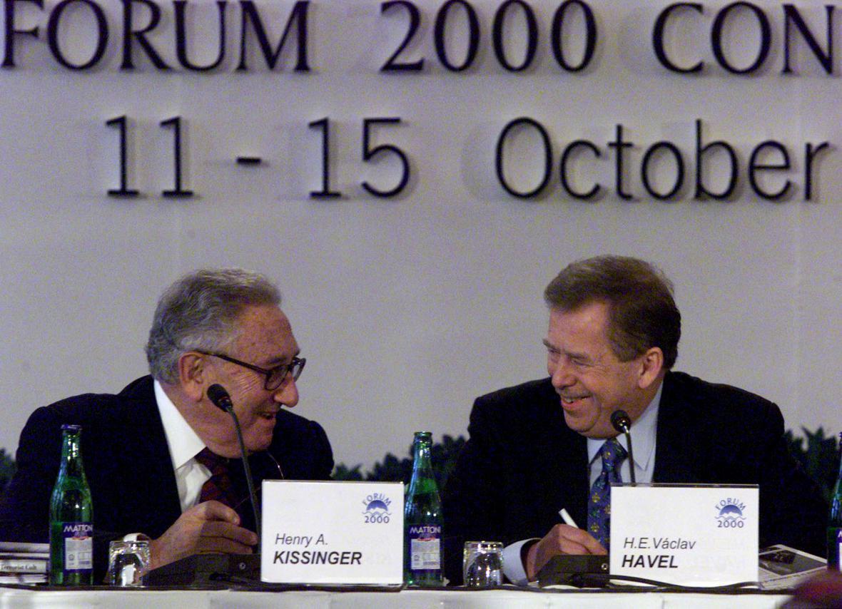 Henry Kissinger a Václav Havel na Foru 2000 v roce 1998