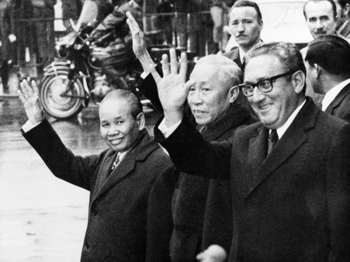 Henry Kissinger a Le Duc Tho (uprostřed)