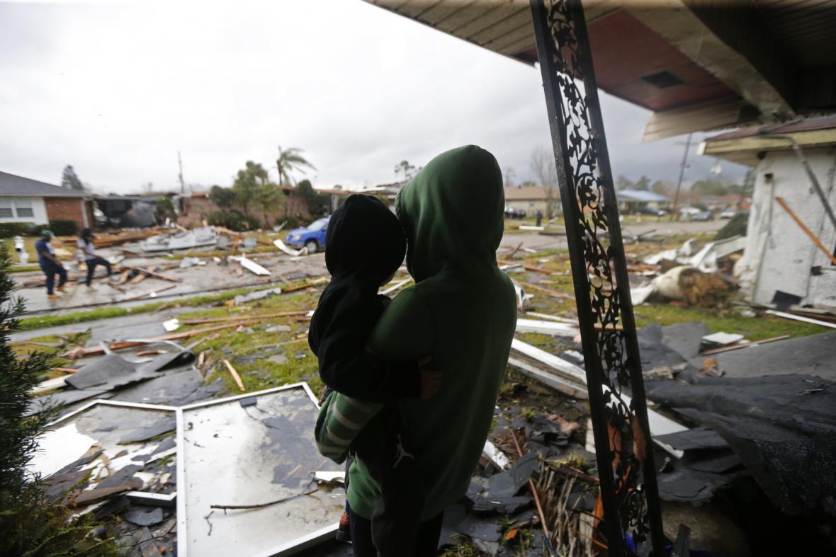 Obyvatelé Lousiany v troskách svých domů