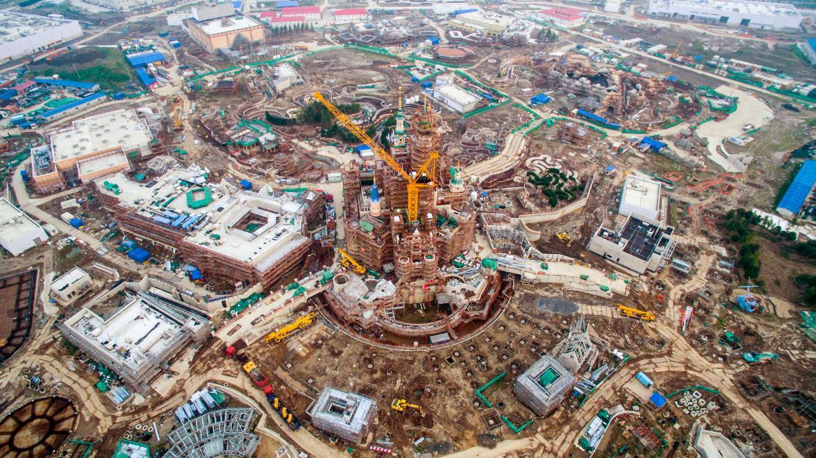Stavba Disneylandu v Šanghaji (rok 2015)