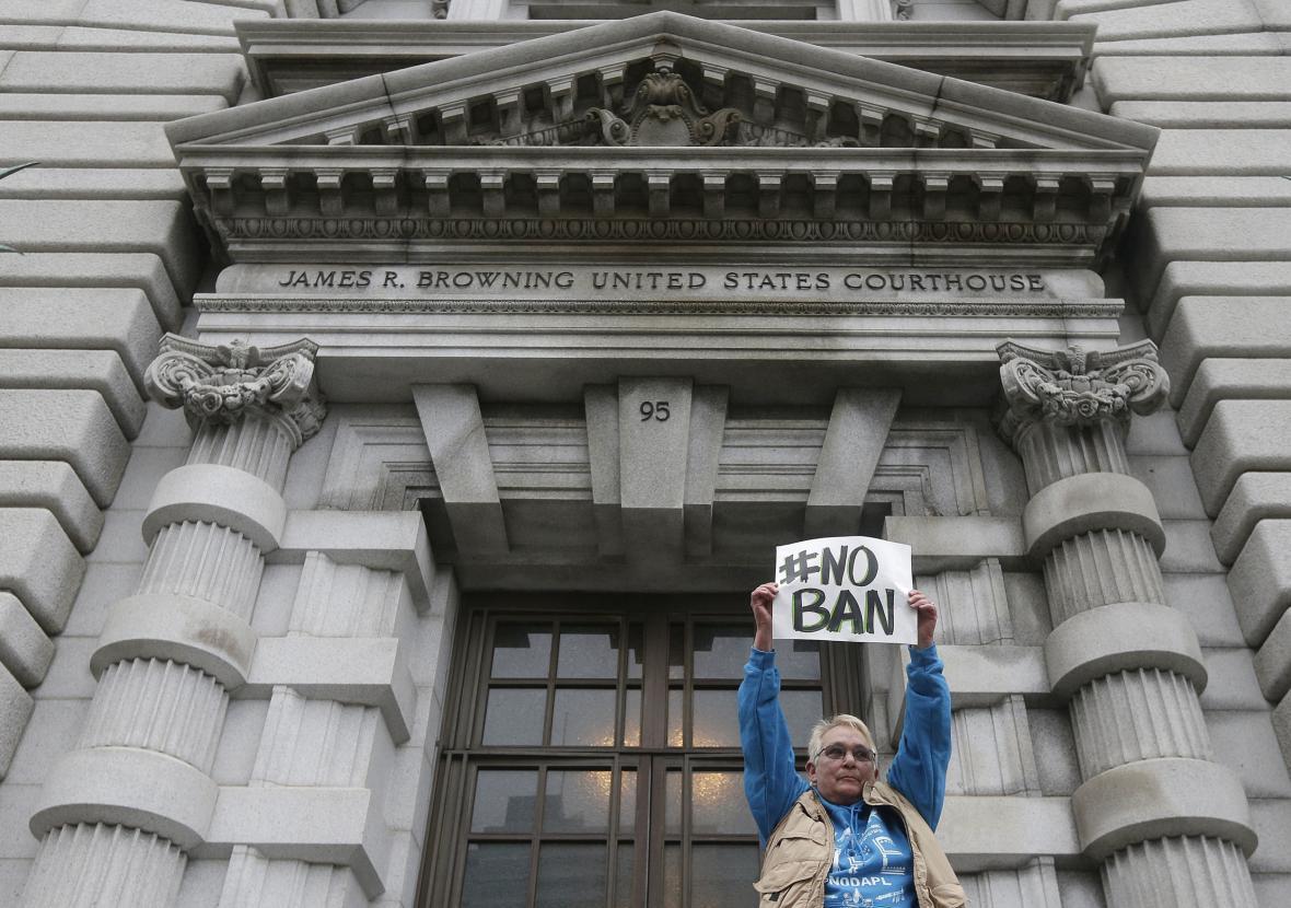 Protest proti Trumpově dekretu před budovou soudu