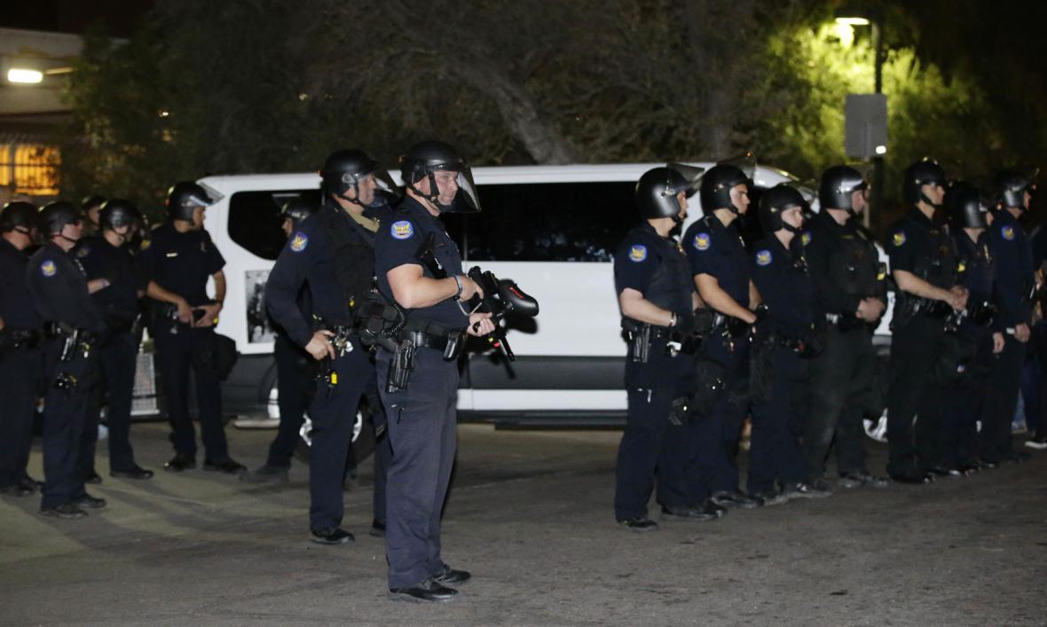 Policie při deportaci Rayosové