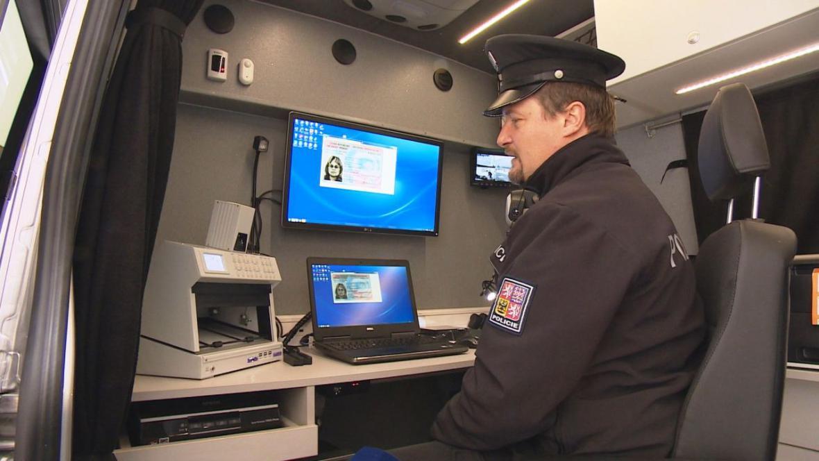 Policistům pomáhá odhalit falešné doklady i speciální auto s tzv. komparátorem