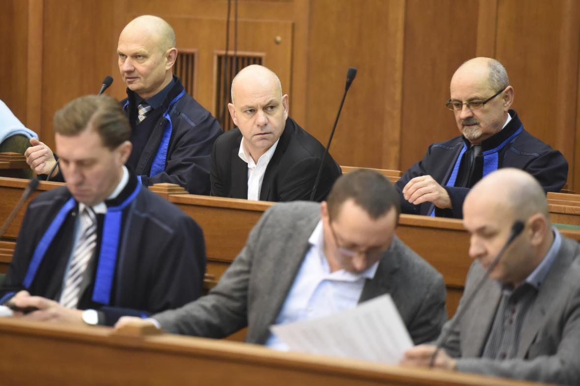 Lobbista Martin Dědic (vzadu uprostřed)