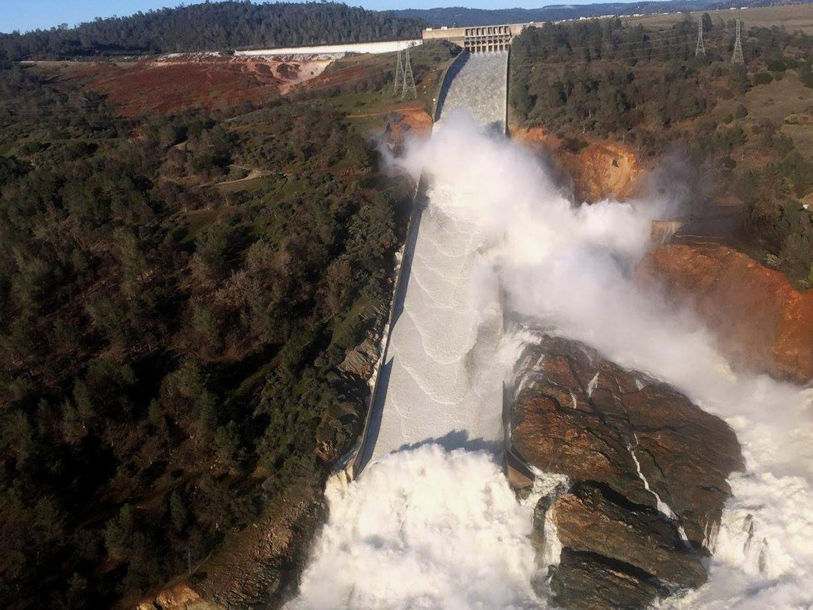 Poškozený přepad v přehradě Oroville