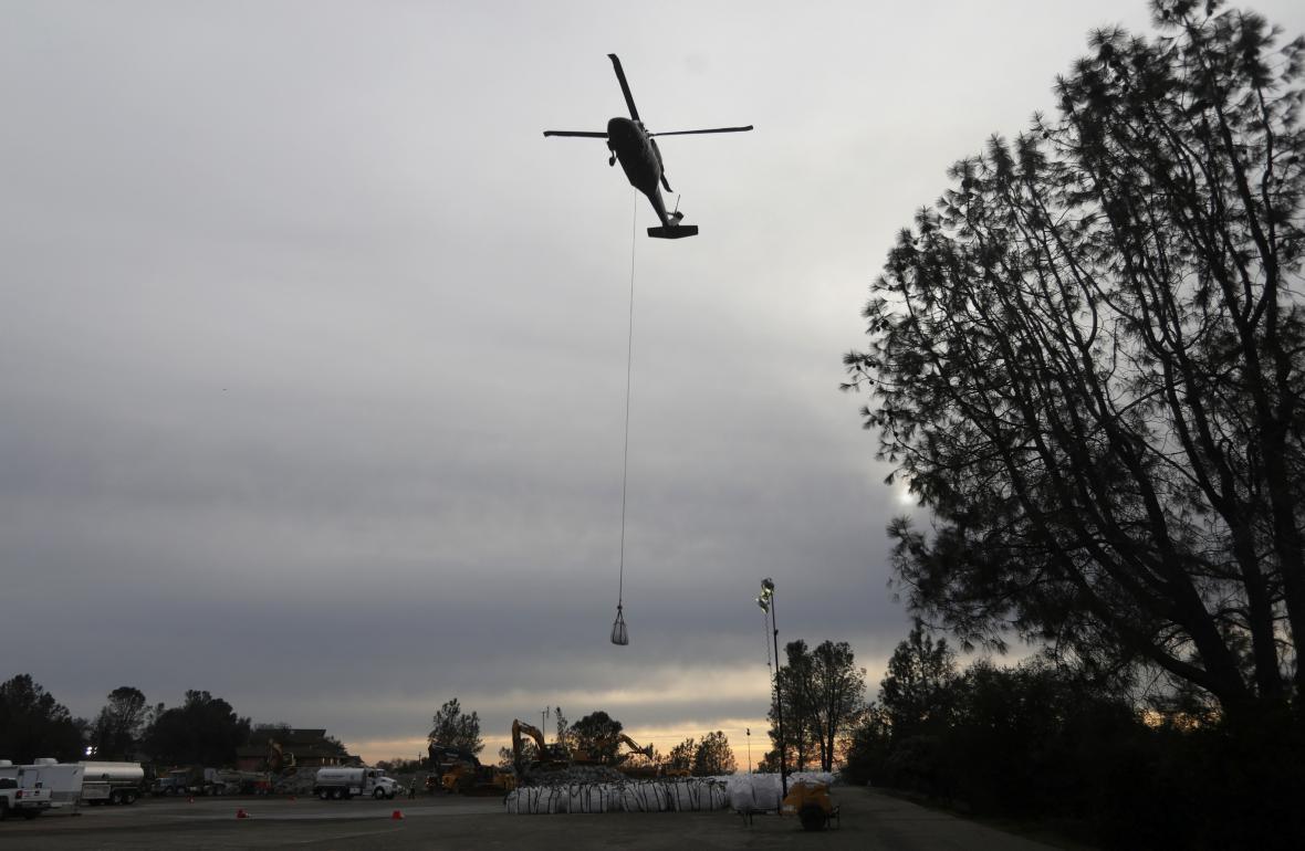 Vrtulník s nákladem kamene