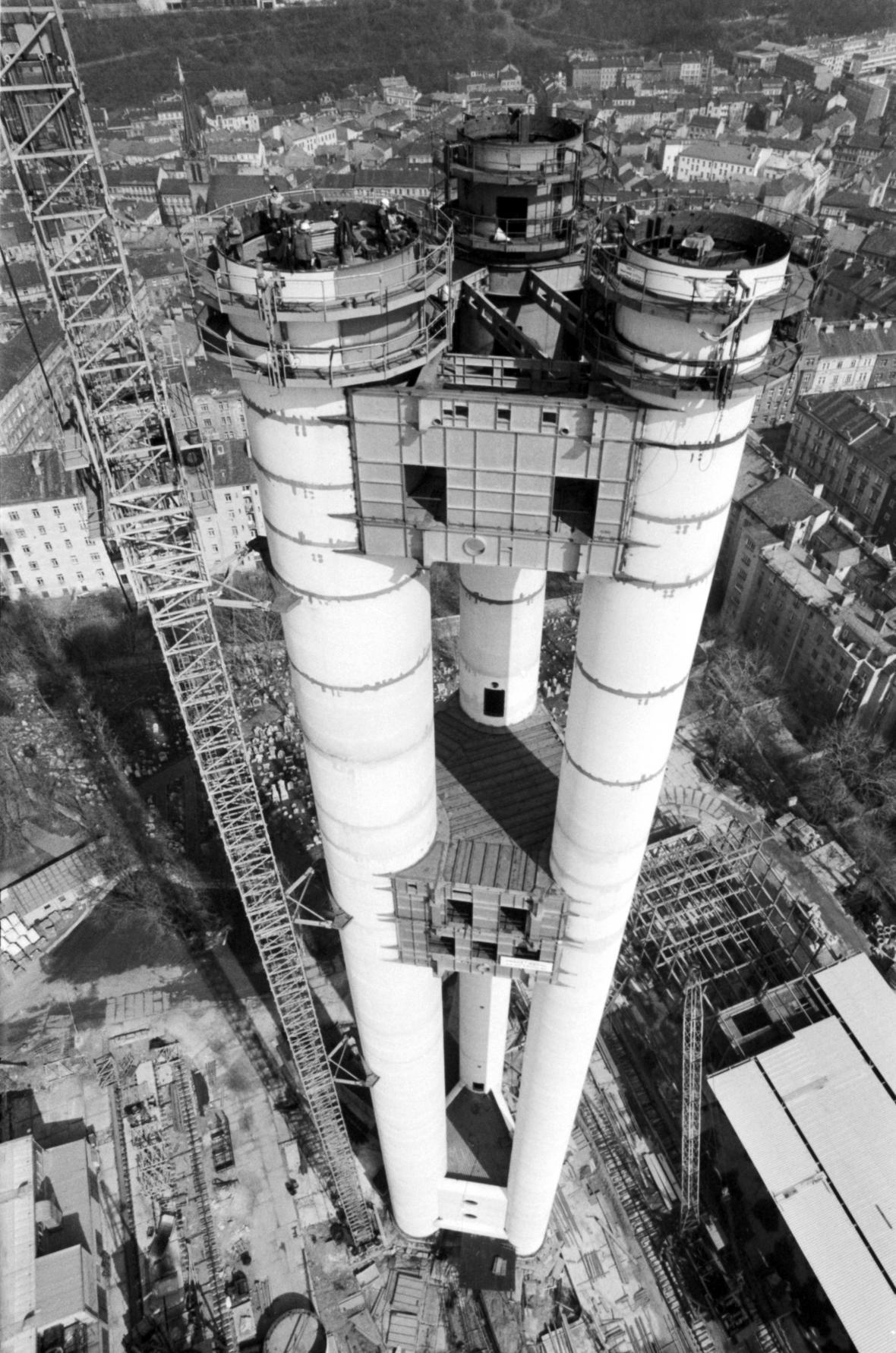 Letecký záběr rozestavěného žižkovského vysílače (1988)