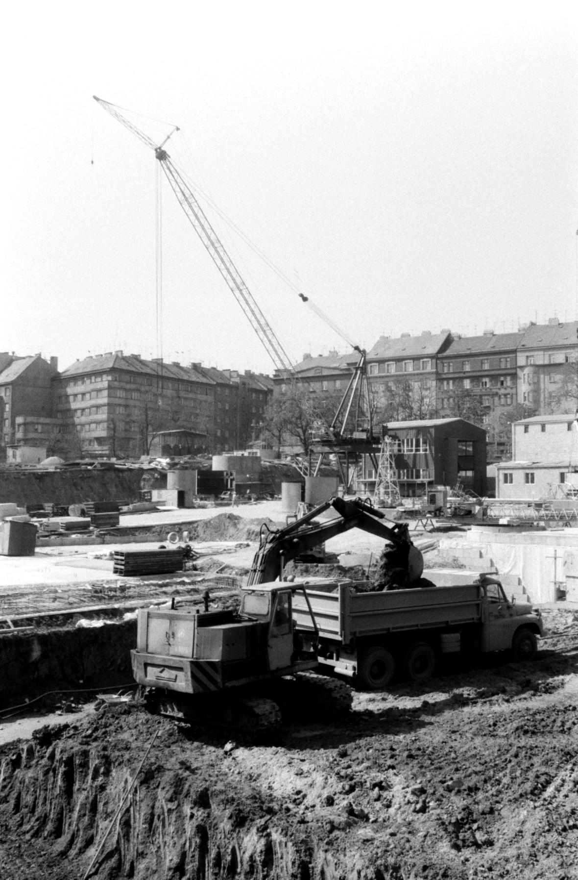 Hloubení základů pro stavbu televizní věže na pražském Žižkově (1987)