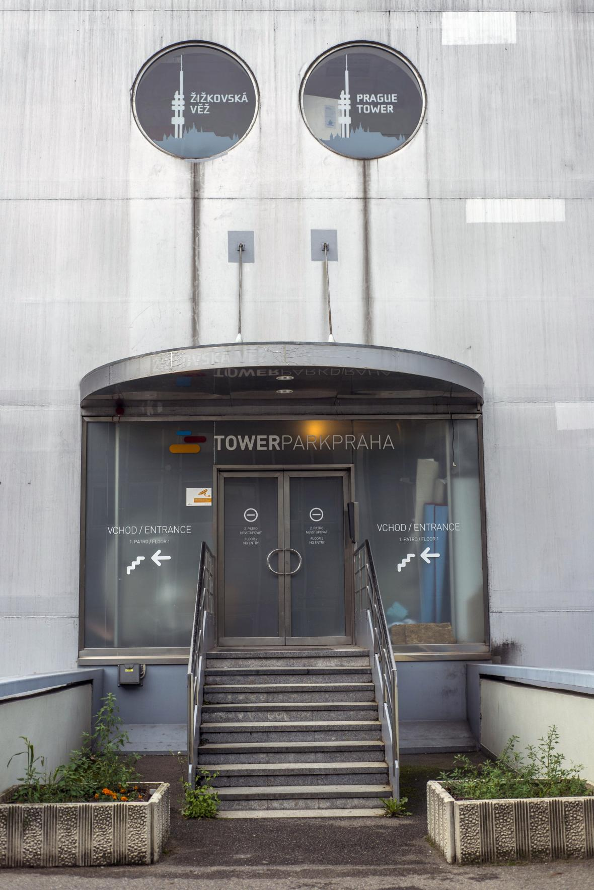 Hlavní vstup do žižkovské věže