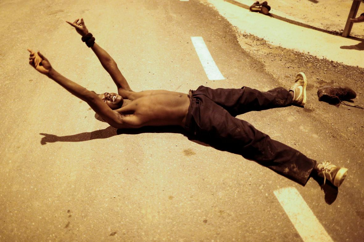 Afričtí migranti pronikli přes Ceutu do EU