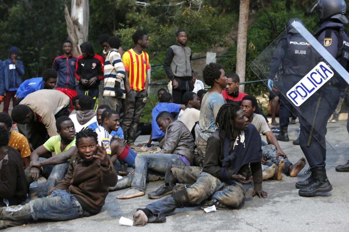 Migranti z Maroka se pokoušejí dostat do španělské Ceuty