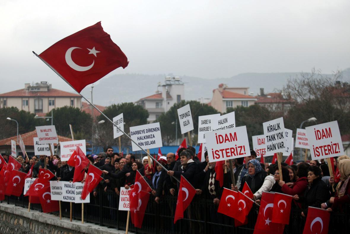 Demonstrace na podporu vlády žádá pro obviněné trest smrti