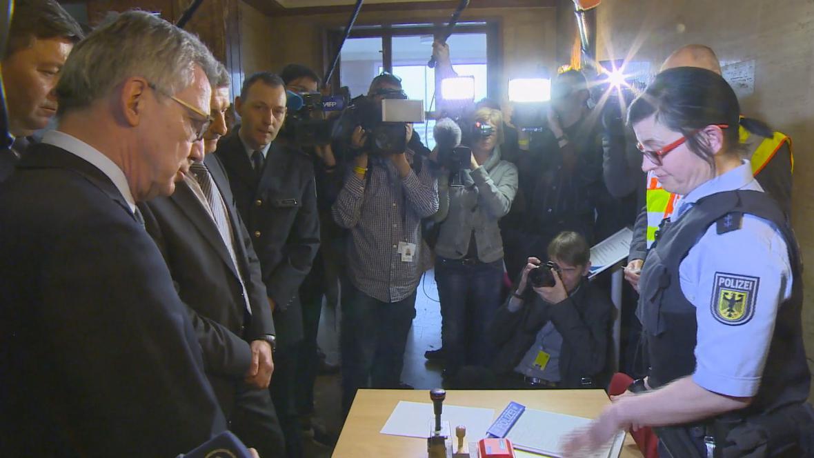 Ministr vnitra de Maiziére na návštěvě deportačního objektu