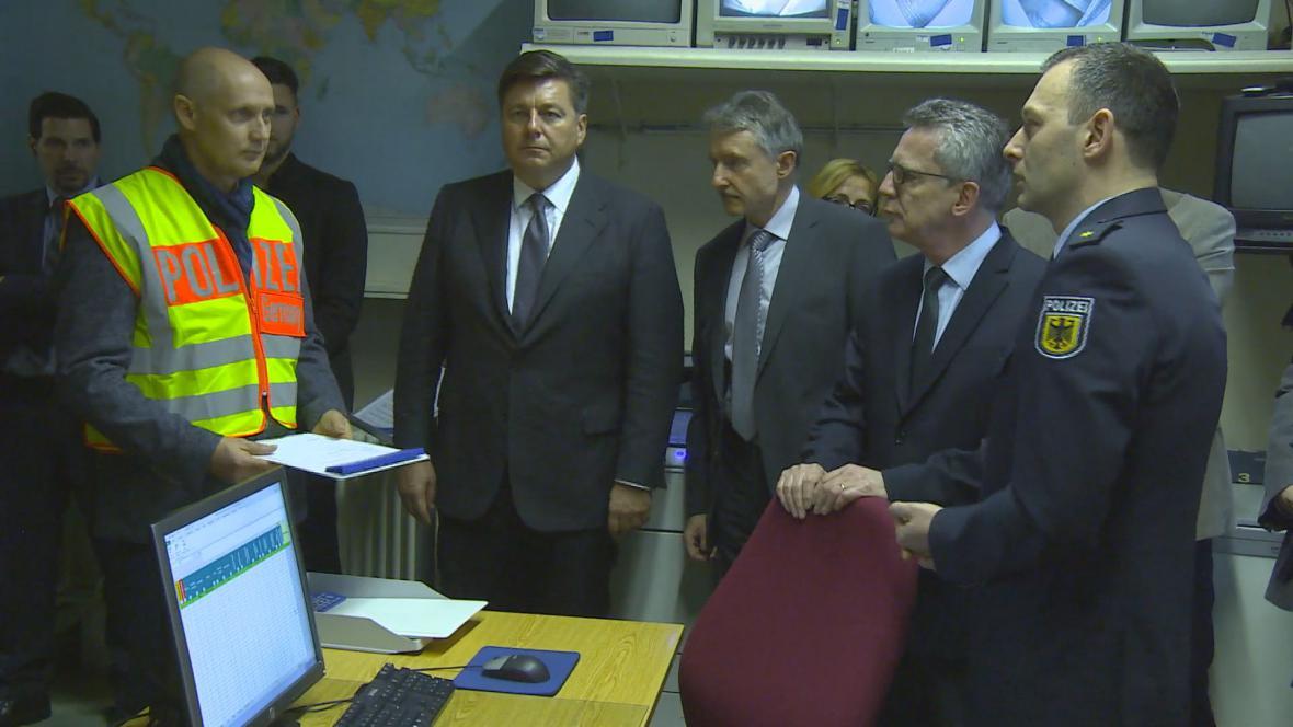 Ministr de Maiziére na návštěvě deportačního centra